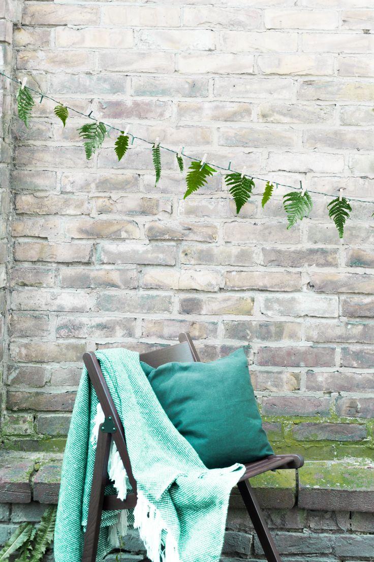 schereleimpapier DIY: Schnelle & einfache DIY Deko für Garten, Balkon oder Terrasse basteln: DIY Lichterkette, die gleichzeitig eine florale Farn Girlande ist. Perfekt für Geburtstag, Hochzeit, Dinner etc. Noch mehr kreative DIY Ideen für den Sommer findet ihr auf schereleimpapier.de!
