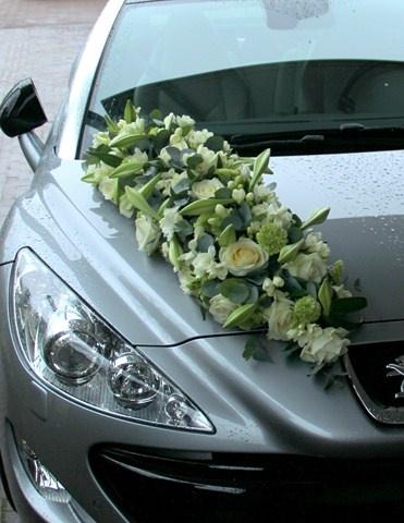 flowers on car...algo asi...con un velo color menta de la esquina que cubra todo el cofre