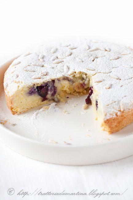 Torta della nonna con crema e mirtilli