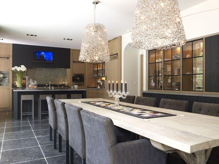 keuken heeft een leuke vorm, maar een beetje te modern. stoelen en tafel zijn wel leuk