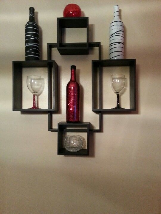 Wine bottles, wine glasses with spray paint and glitter. Easy and fun projects to decorate the kitchen!