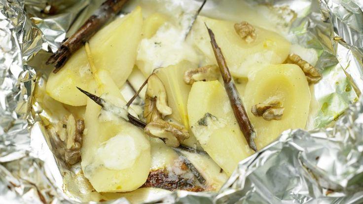 Der würzige Käse harmoniert perfekt mit den süßen Früchten: Gorgonzola-Birnen vom Grill mit Walnüssen | http://eatsmarter.de/rezepte/gorgonzola-birnen-grill