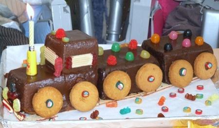 Recette train d'anniversaire par Karine : Un dessert qui plait énormément aux enfants pour leur anniversaire..Ingrédients : noisette, oeuf, sucre, mikado, beurre
