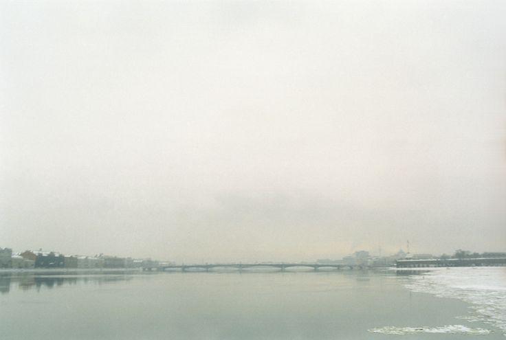 In Russia, a San Pietroburgo, il fiume Neva verso il ponte Dvortsovy, l' Ammiragliato ed il Palazzo d'Inverno.  © Carlo Pisa - All Rights Reserved.  - Fotografia Analogica.