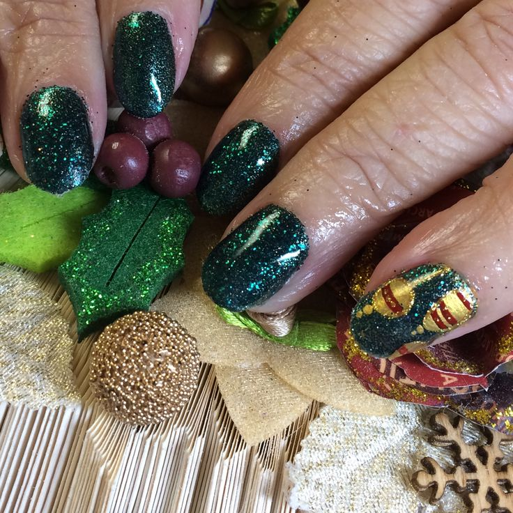 Christmas baubles for this clients #naturalnails using Hand & Nail Harmony from NailHarmonyUK/Gelish and Magpie Glitter™ glitter