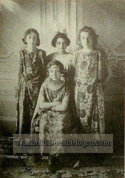 Osmanlı Hanedan Fotoğrafları V. Mehmed Reşad - Mehmet Ziyaeddin Efendi'nin kızları ayaktakiler soldan sağa Lütfiye, Mukbile ve Hayriye sultanlar. oturan Rukiye sultan