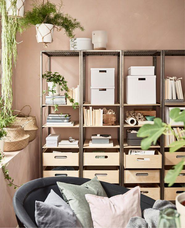 Hvis du vil ha fredfull hjeminnredning, kan du velge åpne hyller som VEBERÖD i stål og bjørk. Veggfargen bak hyllene vises og skaper ro i rommet. Bruk oppbevaringsbokser. De skaper orden på et blunk.