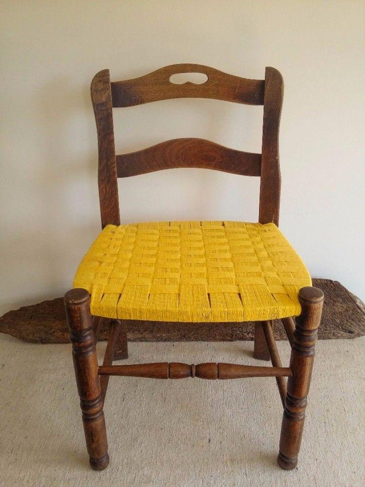 De la unión de 2 mundos suceden estas cosas.   Una silla/sillota de roble torneada en perfecto estado que sólo le faltaba el tapizado. Asi quedó ahora.. se retapizó con un tejido de algodón.   Única en su especie.