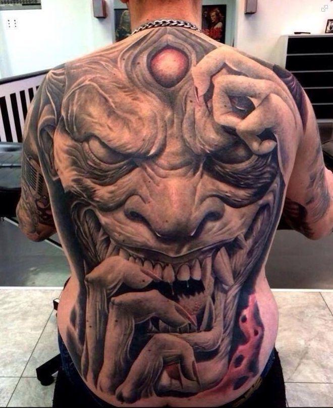 Tatouage horrible démon japonais sur le dos
