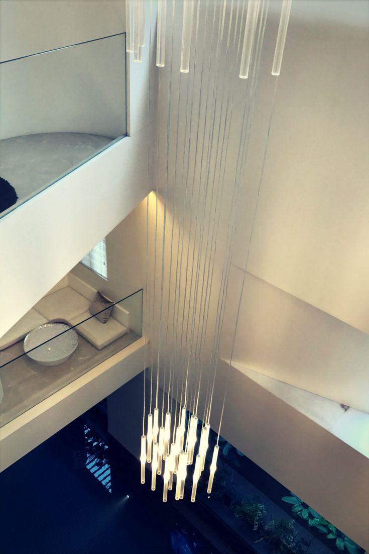 A composition of our Candle suspension lamps illuminates this hall from above. | Una composizione delle nostre lampade a sospensione Candle illumina dall'alto questo cavedio. Project by Ivory Edge (India).