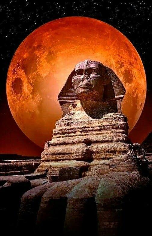 Magnífica e impresionante visión de la esfinge con la luna llena a sus espaldas. Una foto estupenda!