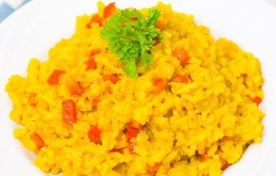 Quando voglio dare un tocco esotico ad una cena, in genere, porto in tavola il riso al curry. Il suo sapore leggermente speziato ricorda la cucina indiana e, con alcune varianti, lo posso presentare più o meno intenso nel sapore. Con l'aggiunta del coriandolo o un pizzico di peperoncino diventa davvero un piatto carico di aromi e profumi orientali.