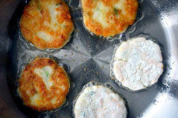 Оладьи из картофельного пюре с сыром. Готовьте двойную порцию — разлетаются! - Готовим вкусно!