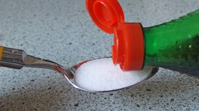 Halsschmerzen und Erkältungen lassen sich mit Zucker und Essig lindern bzw. bekämpfen.