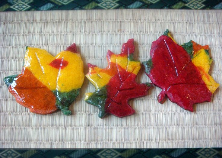 Easy sugar cookie recipe using just food coloring | Simple sugar cookies for fall originally from No Empty Chairs || @noemptychairs