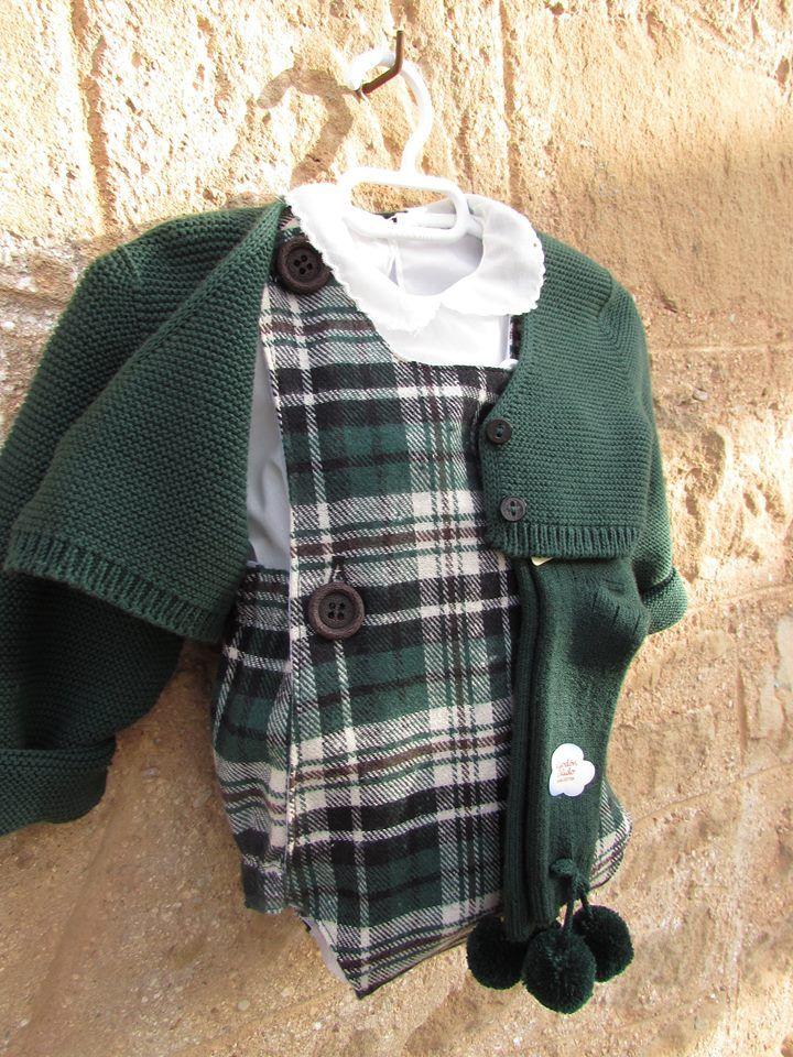 Pelele de cuadros escoceses combinado con chaqueta y calcetines verde botella de cóndor
