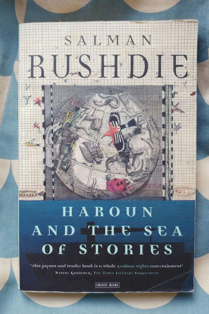 Salman Rushdies Haroun and the Sea of Stories ist eine Hommage an das Geschichtenerzählen, eine Liebeserklärung an die Literatur. Es ist ein Jugendbuch einer fantastischen Welt mit realen Elementen und lässt sich nicht nur als Buch über Geschichten lesen, sondern auch als Gegenüberstellung von demokratischen und autoritären Regimes oder Gesellschaften. #jugendbuch #buchtipp