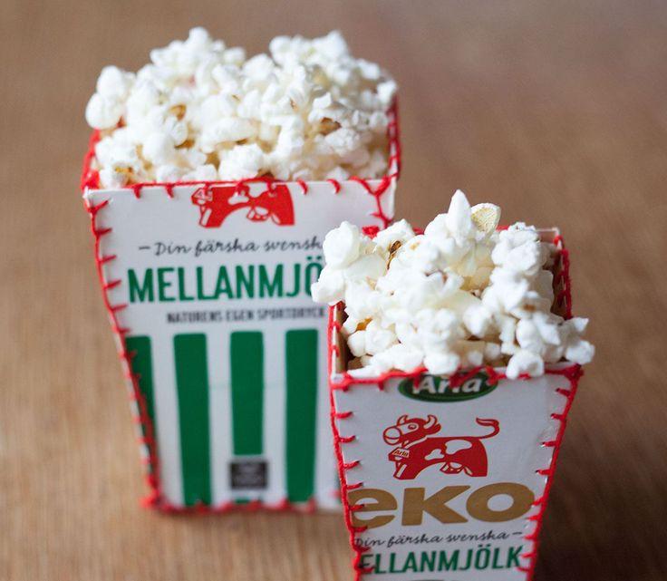Återbruka och gör en egen popcornskål av mjölkpaket. Arlakadabra har en bra utförlig beskrivning med bilder precis på hur du ska göra.