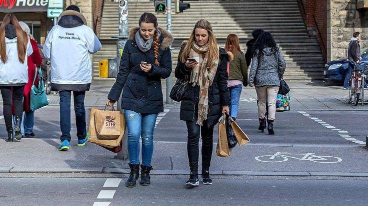 Zu tief ins Handy geguckt: Stuttgart geht zu viel online -  Hups... Die beiden Azubis Melissa (l.) und Verena (beide 21) aus Ulm sind voll auf ihre Smartphones konzentriert, laufen über die rote Ampel am Hauptbahnhof http://www.bild.de/regional/stuttgart/smartphone/stuttgart-geht-zu-viel-online-39636302.bild.html