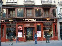El Café Central lleva más de 30 años ofreciendo a diario una programación musical de primer nivel en Madrid. Por su escenario han pasado los mejores artistas de jazz nacionales e internacionales: Chano Domínguez, Pedro Iturralde, Paquito D'Rivera, Tete Montoliu, Brad Meldhau, Etta Jones o Javier Colina han ofrecido lo mejor de su música al público madrileño.   El Café Central ha sabido aguantar contra viento y marea sin faltar una sóla noche a su cita con el jazz. En 1991 la prestigiosa…