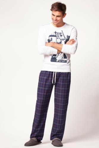 Baskılı üstü ve kullanışlı özelliği ile evde de şıklığından vazgeçmeyenler için DeFacto erkek pijama takımı.