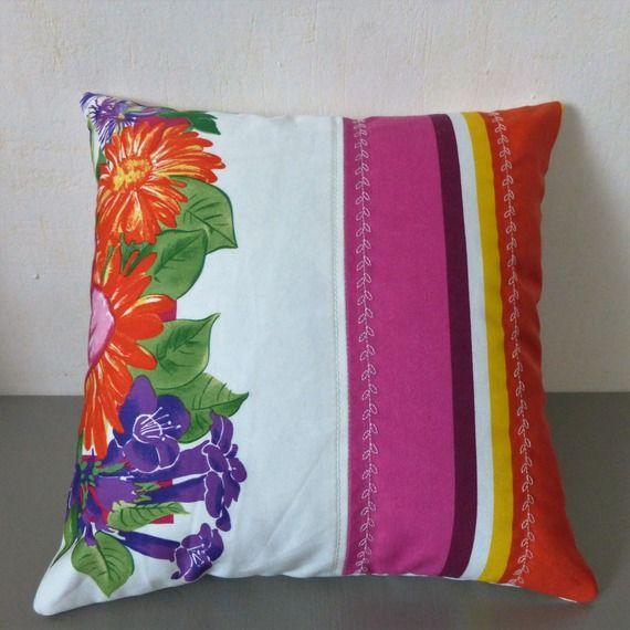 Coussin coloré motif fleuri orange, rose, violet, vert et jaune