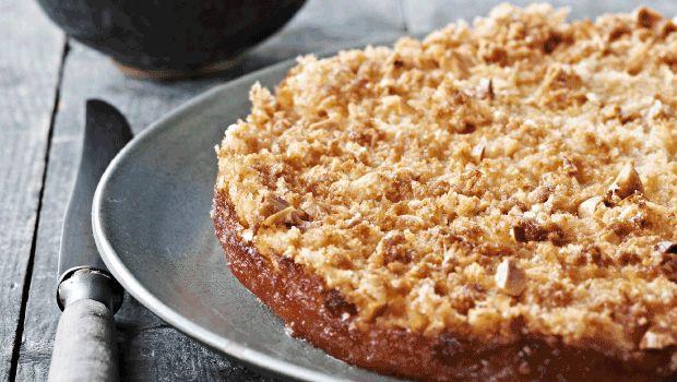 En super gammel opskrift på verdens bedste æblekage (!) hvis du spørger mig. Jeg er måske ikke helt objektiv, men døm selv. Lav kagen i god tid, og lun den hurtigt under grillen. Uhm det er godt