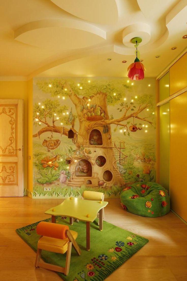 fresque murale cabane dans un arbre avec des étagères encastrées dans le mur et un éclairage LED imitation vers luisants