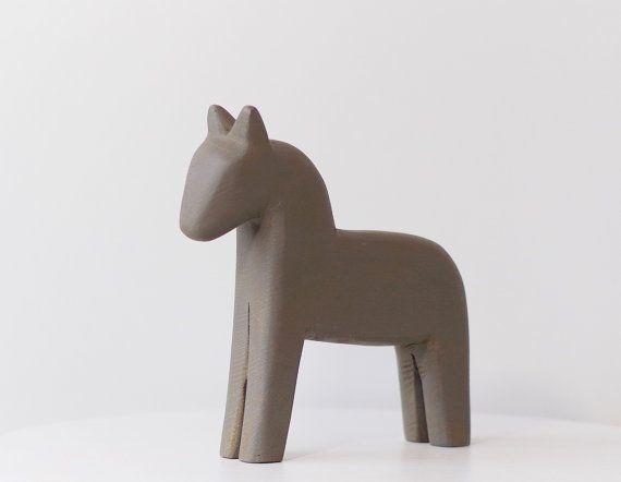 Skandinavisches Holzpferd / Dalapferd als Dekoration für dein Zuhause. Zu finden auf Etsy.