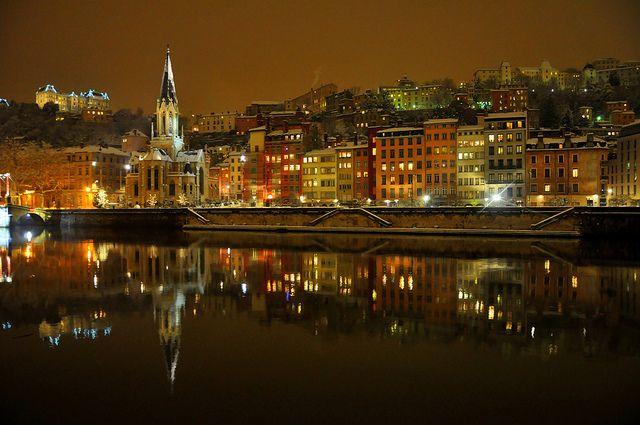 Photo du quartier St Georges enneigé la nuit, Lyon