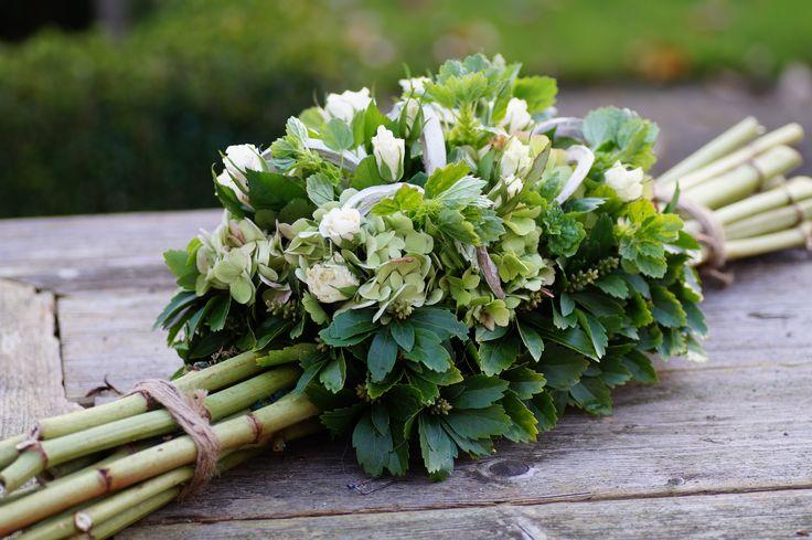 herfststuk met polygonumstokken ,pachisandra, hortensia en roosjes