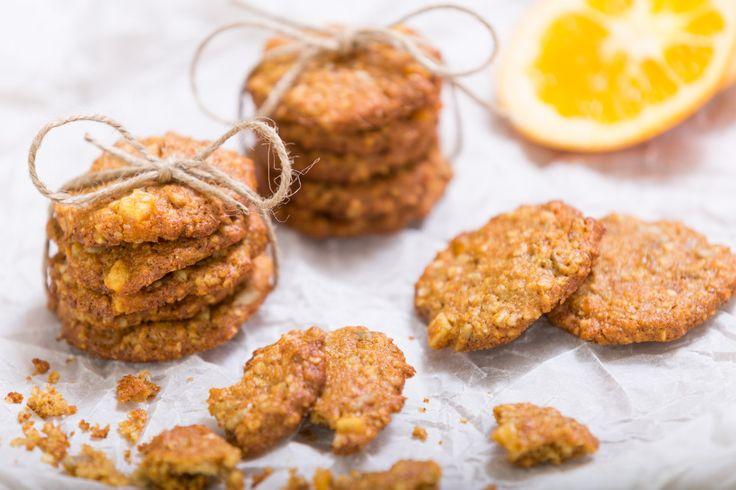 Křupavé, lahodné sušenky z ovesných vloček, šťávy citrónu a pomeranče s kandovanou pomerančovou kůrou a slunečnicovými semínky.