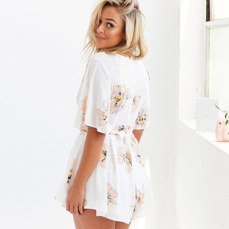 Moda Praia e Verão Calitta, Vestidos de Praia Feminino Curto Branco Floral Saia Solta com Decote. Compre roupas online nas lojas Calitta.