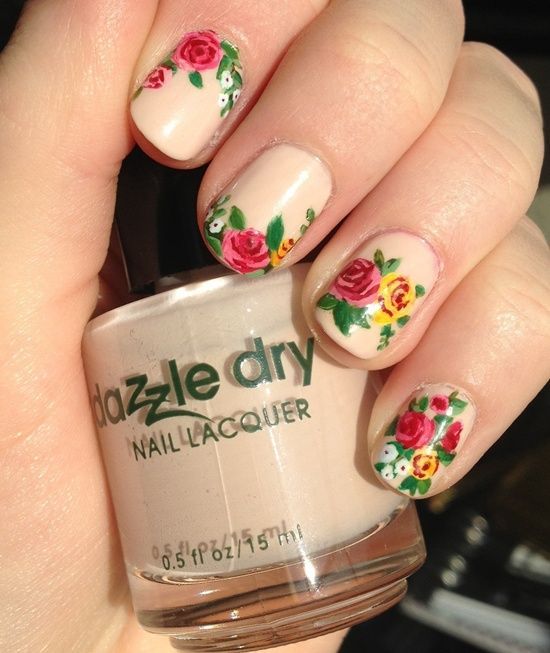 uñas decoradas con flores de puntos