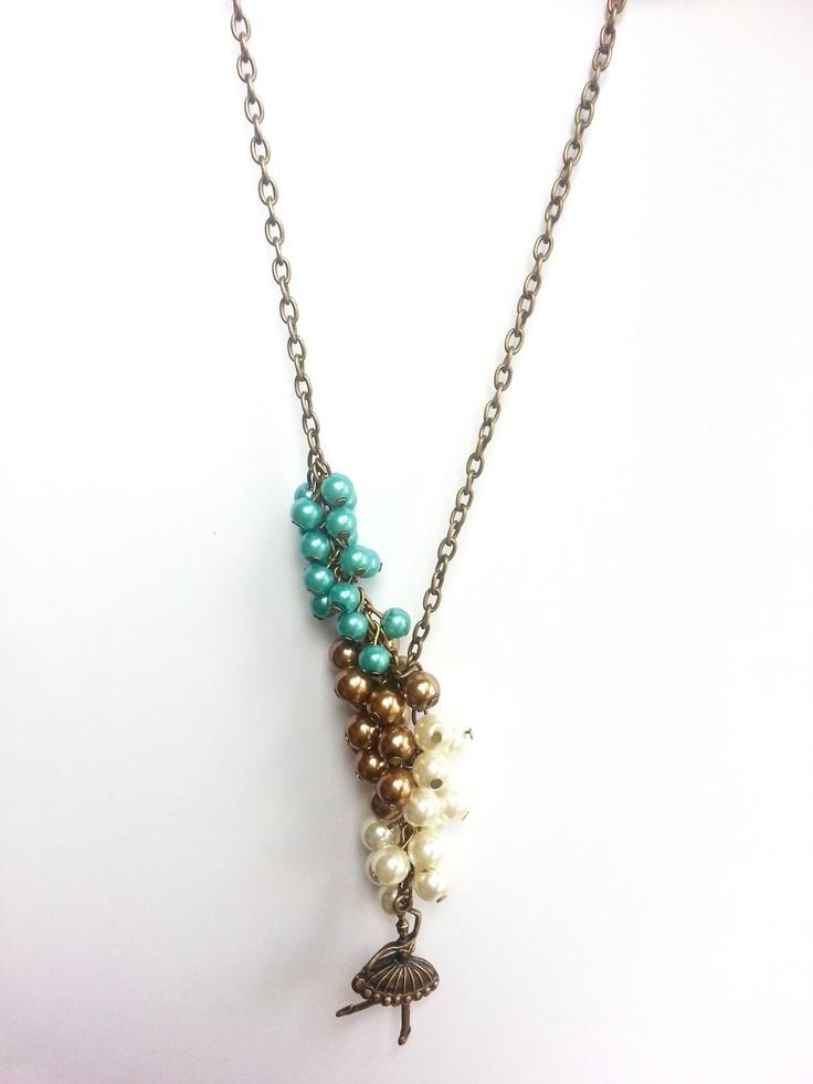 Colier handmade din perle albe, aurii si turcoaz cu accesoriu de bronz.