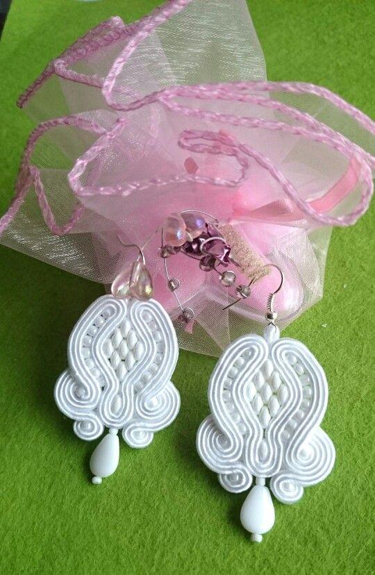 https://www.facebook.com/grazyna.szczepaniak.58 Śnieżnobiałe kolczyki z perłowymi koralikami Super Duo i Toho. Długość 4,5 cm.