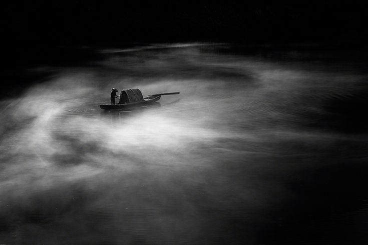 Jino Lee (Tpoty) Un pescatore sul fiume Dong Jiang, nello Hunan, in Cina.