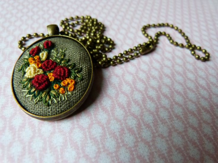 haft rococo, embroidered pendant, haftowane róże, haftowany naszyjnik, naszyjnik z haftem, embroidered jewerly, naszyjnik vintage, medalion ...