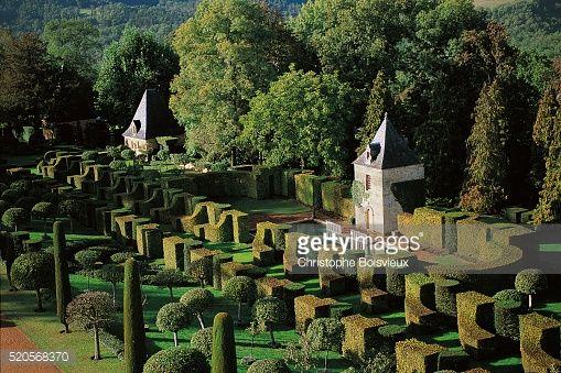 Jardins de Eyrignac - Salignac-Eyvigues, Périgord, França   Os fãs de jardins formais amarão esta composição original da arte da topiária.  Feitos no século 18, os jardins foram alterados muitas vezes desde então, tornando-se um jardim de paisagem.  Na década de 1960, o proprietário projetou sua forma atual, temperando sua formalidade com uma nota de alegria.