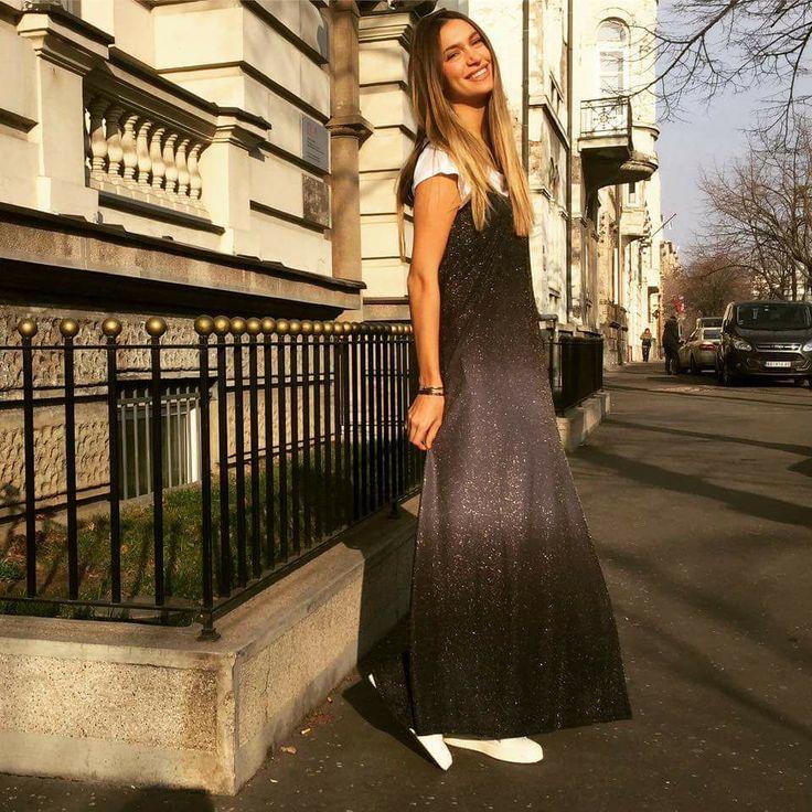 Η όμορφη Anna Prelevic, λάμπει με το maxi μεταλλιζέ φόρεμα Helmi! Code: 38-05-229 www.helmi.gr