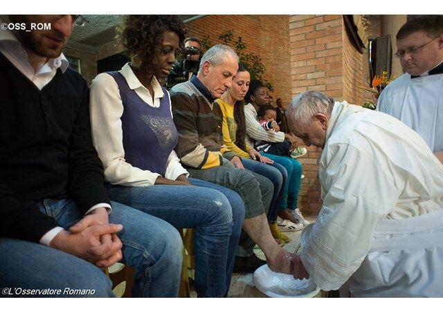Pápež František bude na Zelený štvrtok umývať nohy väzňom - Vatikánsky rozhlas