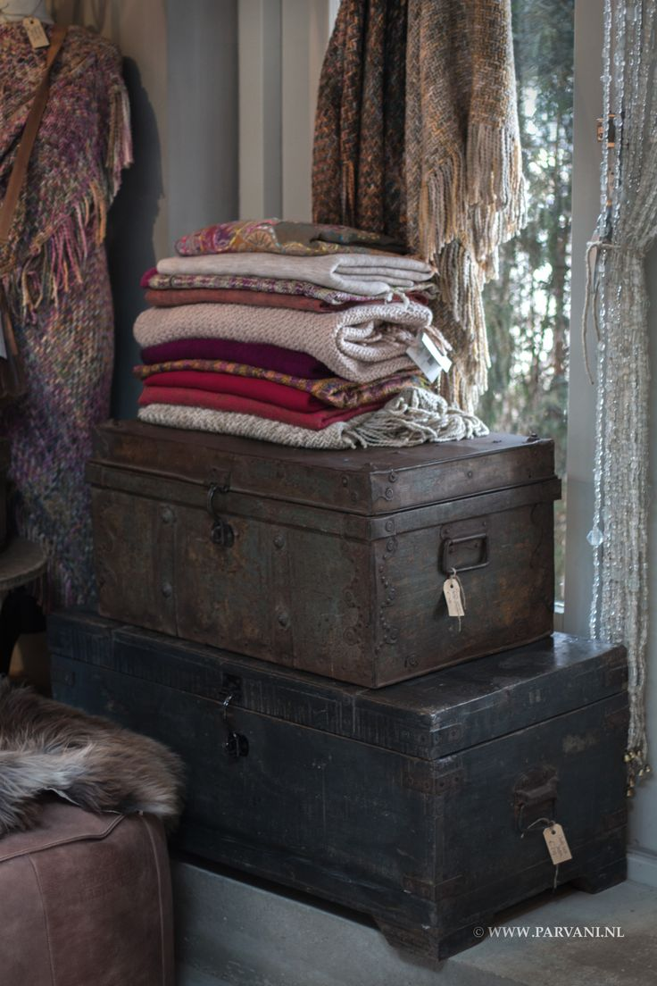 Parvani| Oude kisten, ijzer, hout, India. Sjaals yakwol, poncho Manos del Uruguay, poef Fred de la Bretoniere stoer Africa leer.