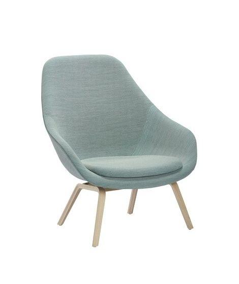De AAL93 Lounge stoel High is ontworpen door Hee Welling. Deze comfortabele loungestoel heeft een fijne hoge rugleuning. Het onderstel is gemaakt van massief eiken en de stoel kan bekleed worden met stof en leer. Het zitkussen is altijd inbegrepen, bevestigd met klittenband.
