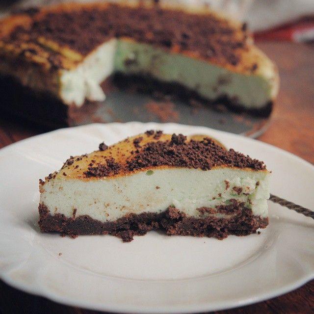 Как на Ленкины именины испекли мятный чизкейк. :) а Вообще-то, я впервые готовила и ела такой десерт :) #vscocam #mint #cheesecake #cake #chocolate #food #sweet #cooking