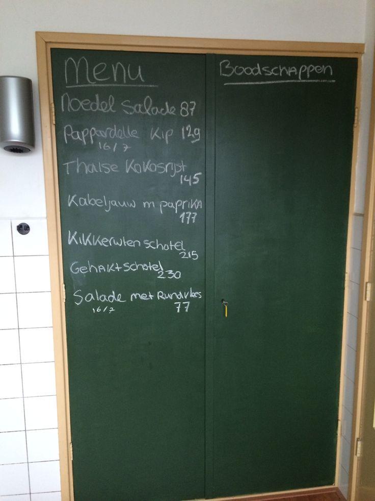 Voorraad deur met schoolbord verf geverfd en menu van de week opgezet. Hoef je niet meer iedere dag te bedenken wat je nu weer moet maken :)