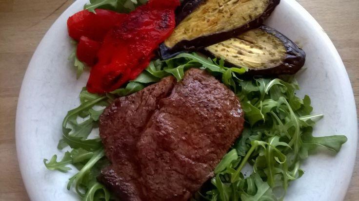 Ribeye met rucola, gegrilde paprika en aubergine