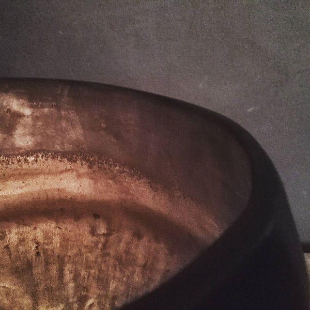 Golden glow  #handmade #handgemaakt #keramiek #ceramics #madeinbelgium #handmadeinbelgium #gold #goud #candlelight #pottery #coilbuilt #craft #homedecoration #decoratie #interieur #interior