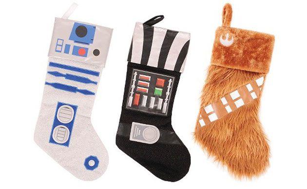 As meias de Natal podem ficar mais legais quando personalizadas com temas de Darth Vader, R2D2 e Chewbacca. Com um pouco de habilidade manual, dá para fazer em casa.