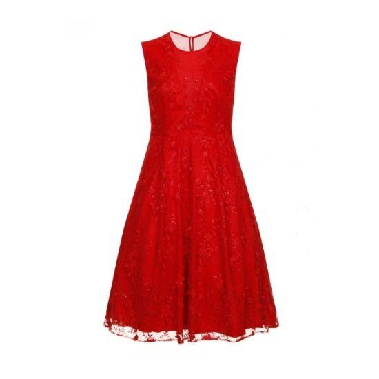 Společenské šaty Chi Chi London Rita Překrásné společenské šaty z limitované edice londýnské dílny Chi Chi London. Šaty jsou vhodné na plesy, do tanečních, do divadla, ale i na párty. V nepřehlédnutelné barvě rudě červené s květinovou výšivkou. Krásná, bohatá sukně dobře držící tvar s několika vrstvami tylových a saténových spodniček. Délka midi, lehce odhalená záda, výstřih zakrývá šifon, zip v zadní části.