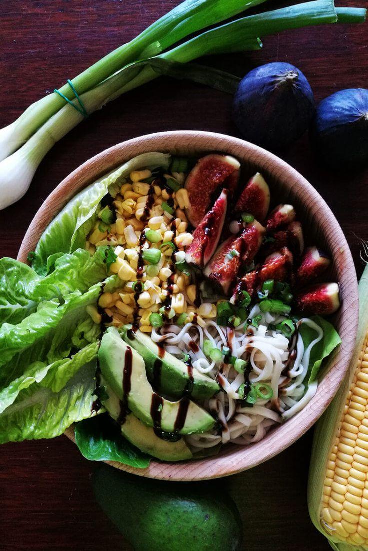 Sałatka - makaron noodle, kukurydza, figi, awokado i malinowym balsamico